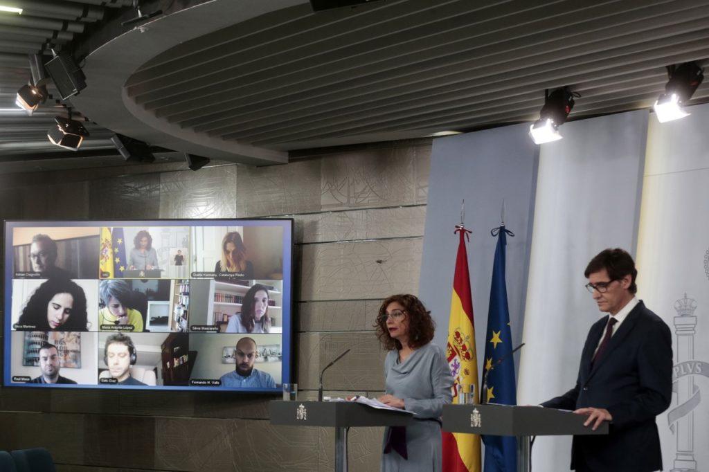 Los ministros María Jesús Montero y Salvador Illa durante la rueda de prensa telemática posterior al Consejo de Ministros.