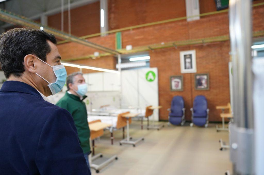 Juan Manuel Moreno durante su visita al Hospital Auxiliar de Carranque, en Málaga.