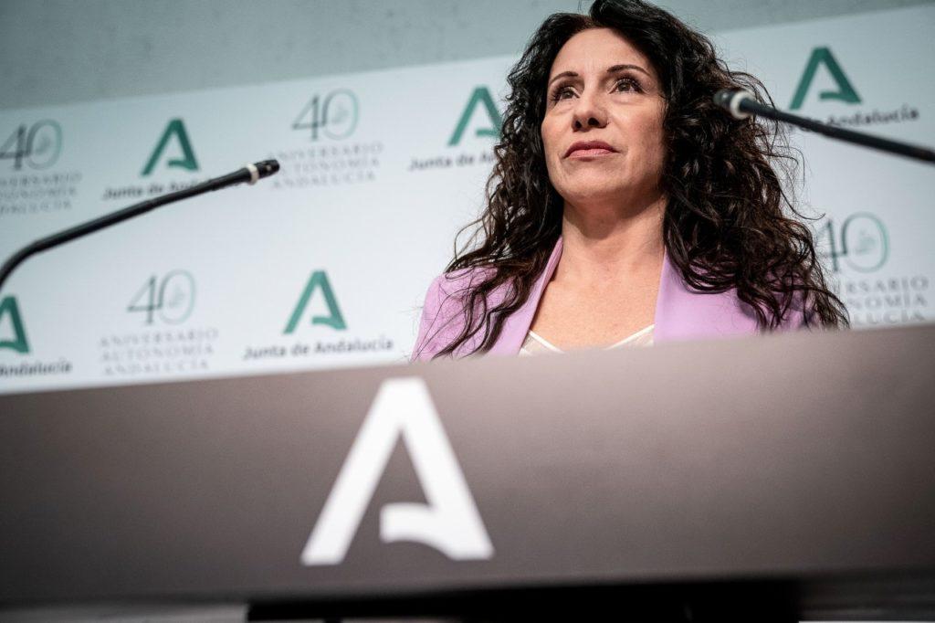 La consejera de Igualdad, Políticas Sociales y Conciliación, Rocío Ruiz, explica la renta mínima extraordinaria aprobada por el Consejo de Gobierno.