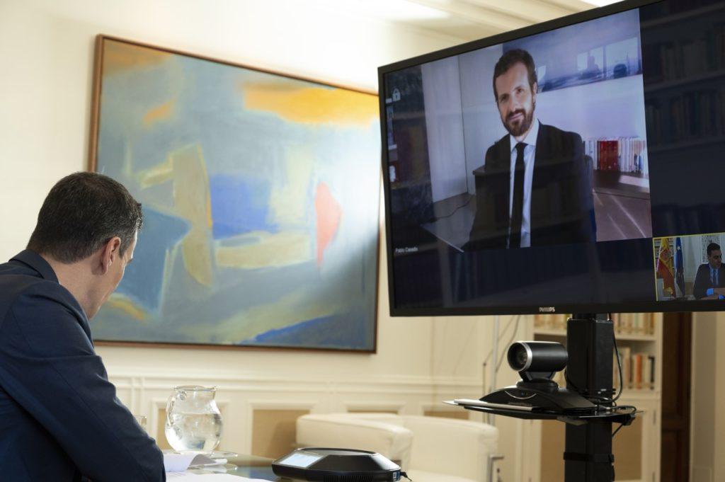 Pedro Sánchez y Pablo Casado durante su entrevista telemática.