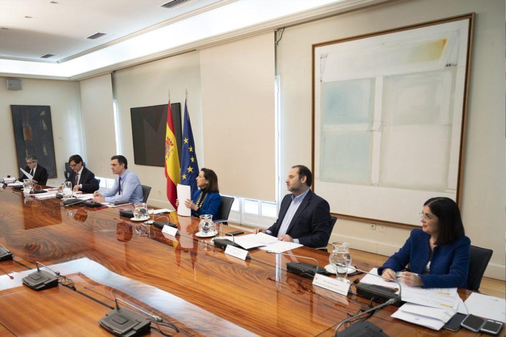 El presidente del Gobierno, acompañado de algunois de sus ministros, durante la videoconferencia con los presidentes autonómicos.