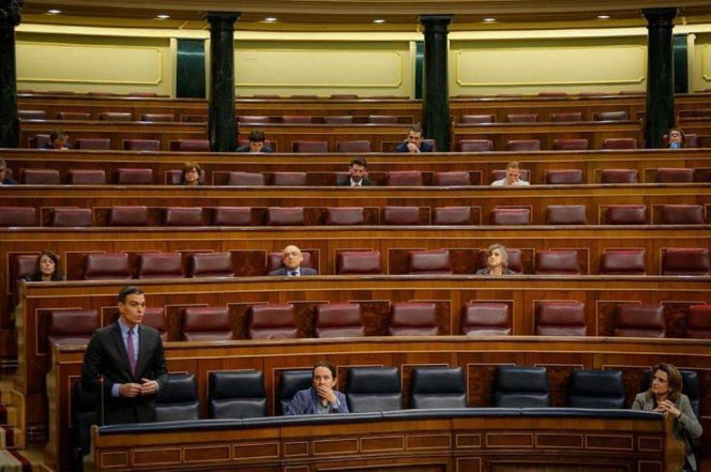 Pedro Sánchez durante su intervención ayer en un Congreso semivaciío.