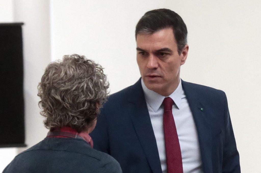 Pedro Sánchez y Fernando Simón, de espaldas, durante la reunión del Comité de Gestión Técnica del Coronavirus.