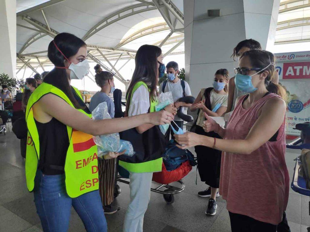 Personal de la Embajada atiende a los españoles en el aeropuerto de Nueva Delhi.