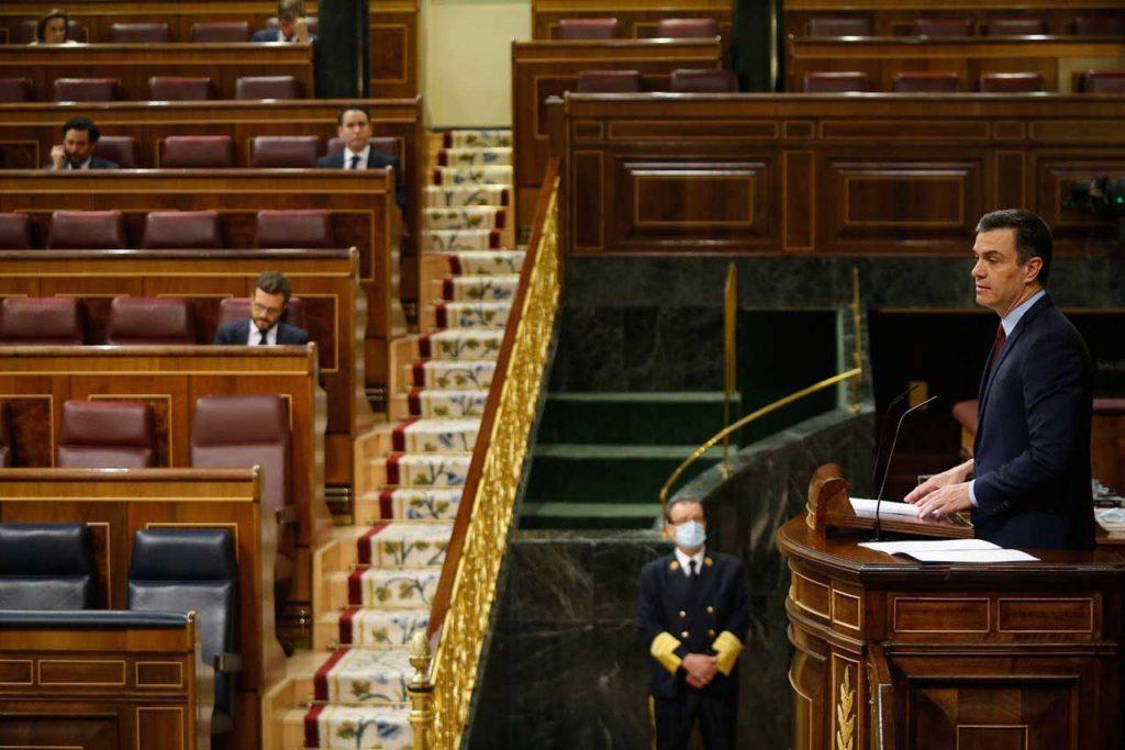Intervención de Pedro Sánchez en el debate con el líder de la oposición, Pablo Casado (PP), al fondo.