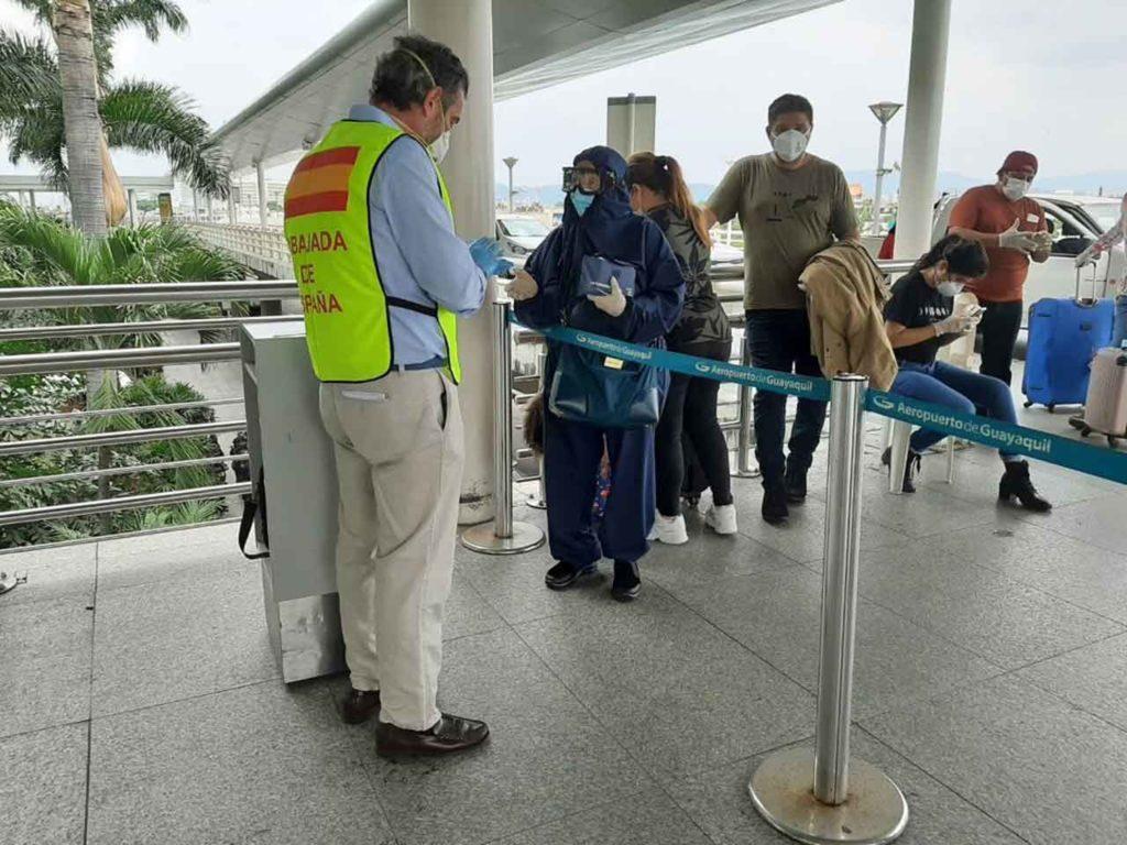 Un funcionario de la Embajada en Ecuador atiende a los pasajeros en el aeropuerto de Guayaquil.