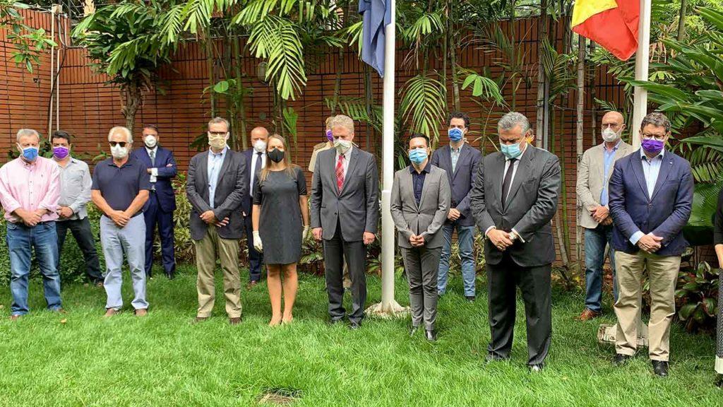 Minuto de silencio en la Embajada de España en Caracas.