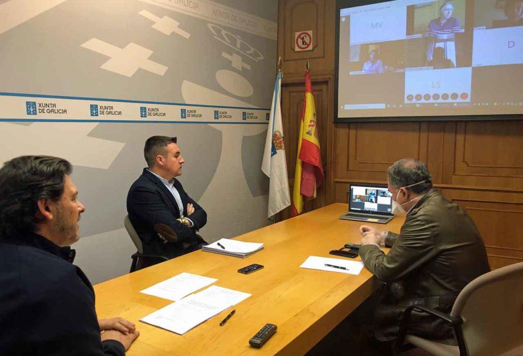 Reunión del secretario xeral da Emigración, Antonio Rodríguez Miranda, con los subdirectores y jefes de servicio del departamento.