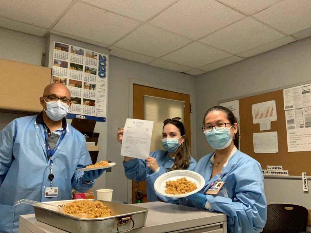 El personal sanitario disfrutando de la comida enviada por Casa Galicia.