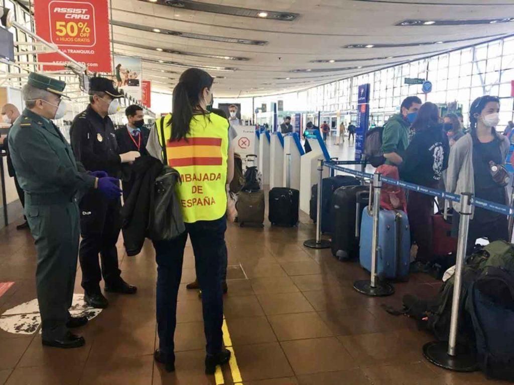 Personal de la Embajada de España en Chile asistiendo a los españoles en el aeropuerto.