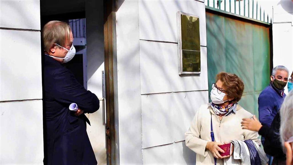 El embajador José Javier Gómez-Llera hablando con los españoles que se manifestaron ante la Embajada en Montevideo.