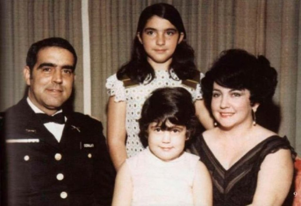 Gloria Estefan (en el centro, detrás), con sus padres y su hermana Rebecca, cuando aún era una niña.