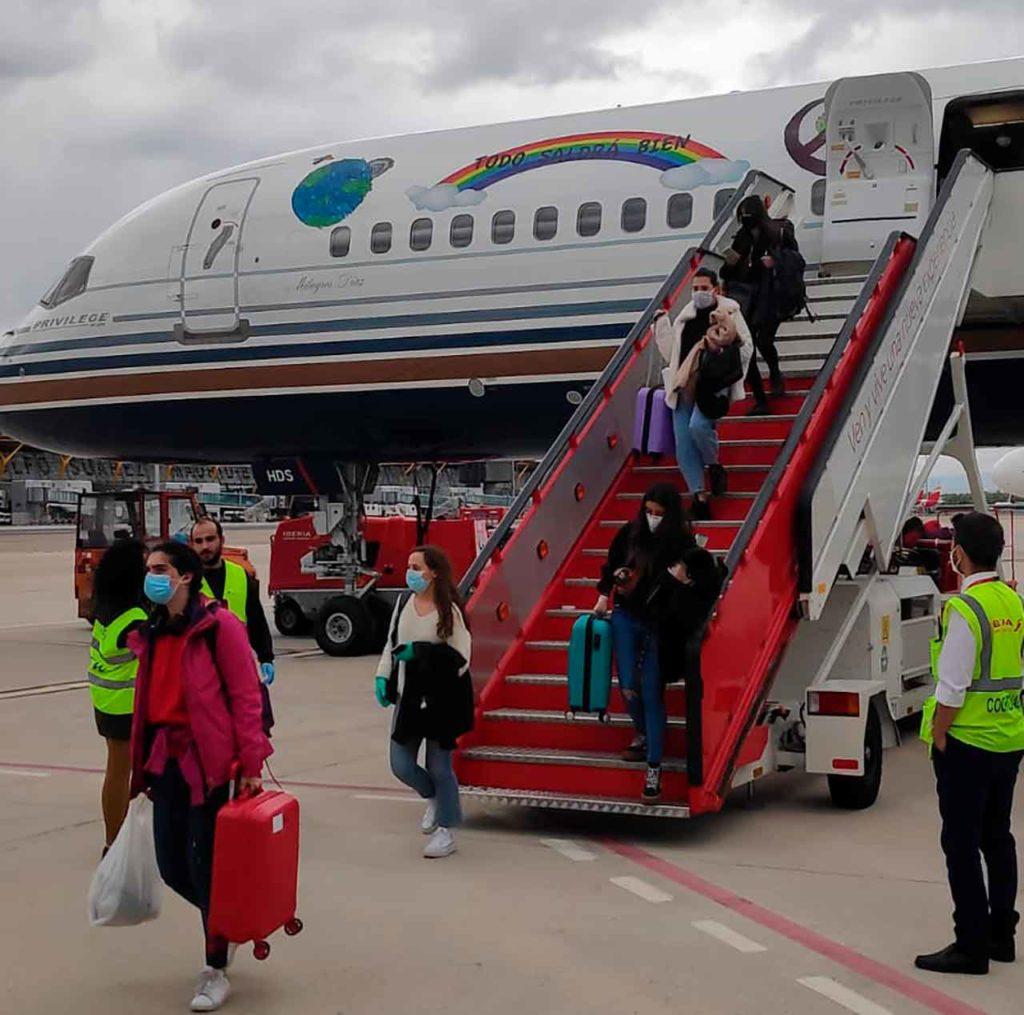 El grupo de españoles procedentes de Irlanda bajando del avión en el Aeropuerto de Madrid-Barajas.