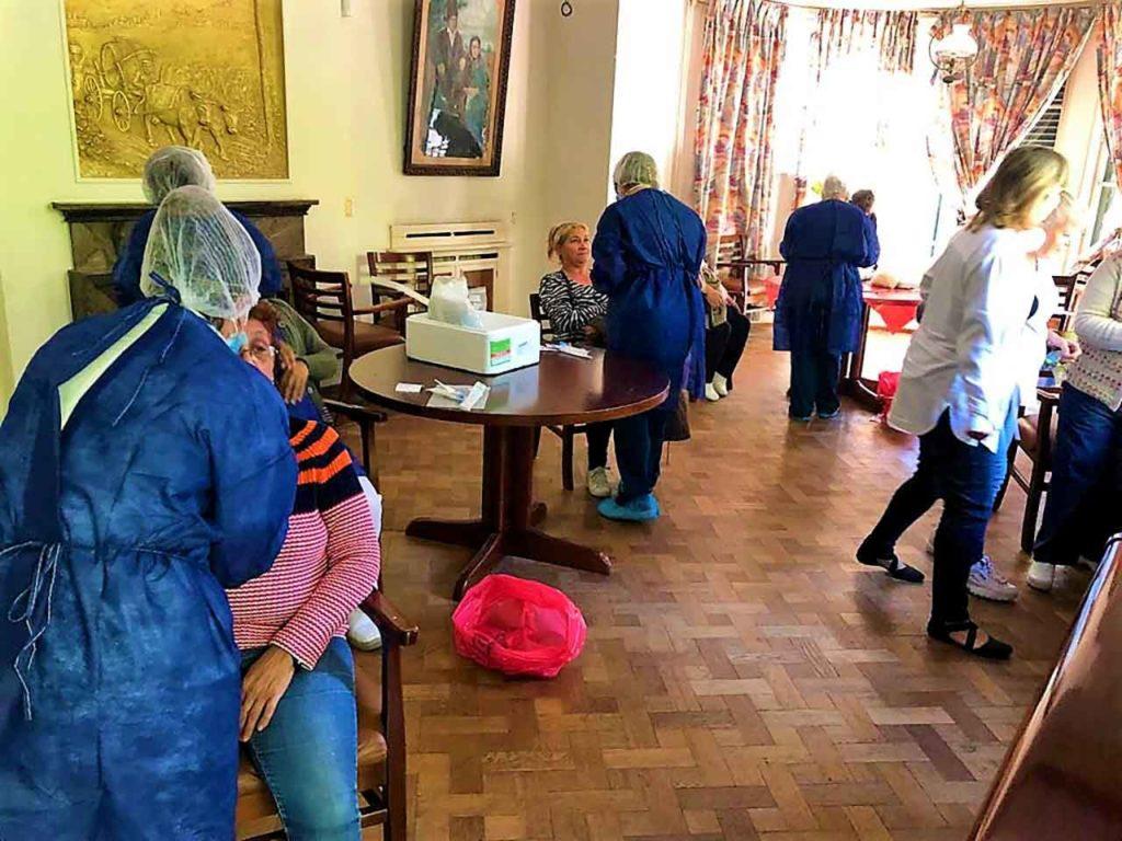 Personal médico recogiendo muestras en el Hogar Español de ancianos de Montevideo.