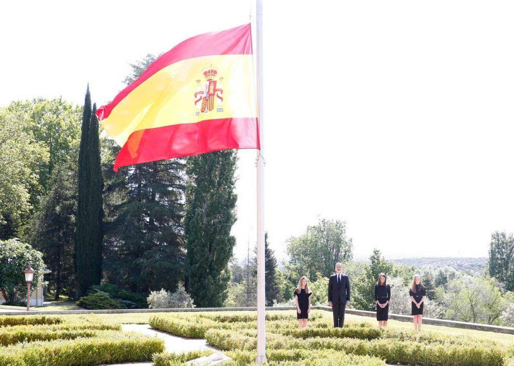 Los Reyes y sus hijas, durante el minuto de silencio por las víctimas del Covid-19 en el Palacio de La Zarzuela.