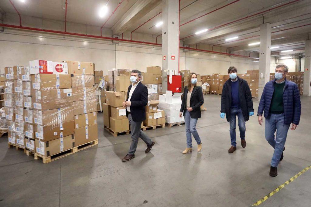 El vicepresidente de la Xunta, Alfonso Rueda, visitó el centro desde el que se distribuye el material adquirido para todo el personal, excepto el sanitario, que participa en la contención de la pandemia.