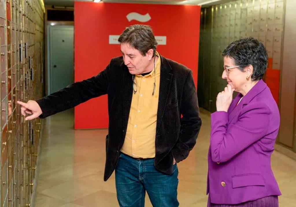 Luis García Montero mostró la Caja de las Letras a Arancha González Laya.