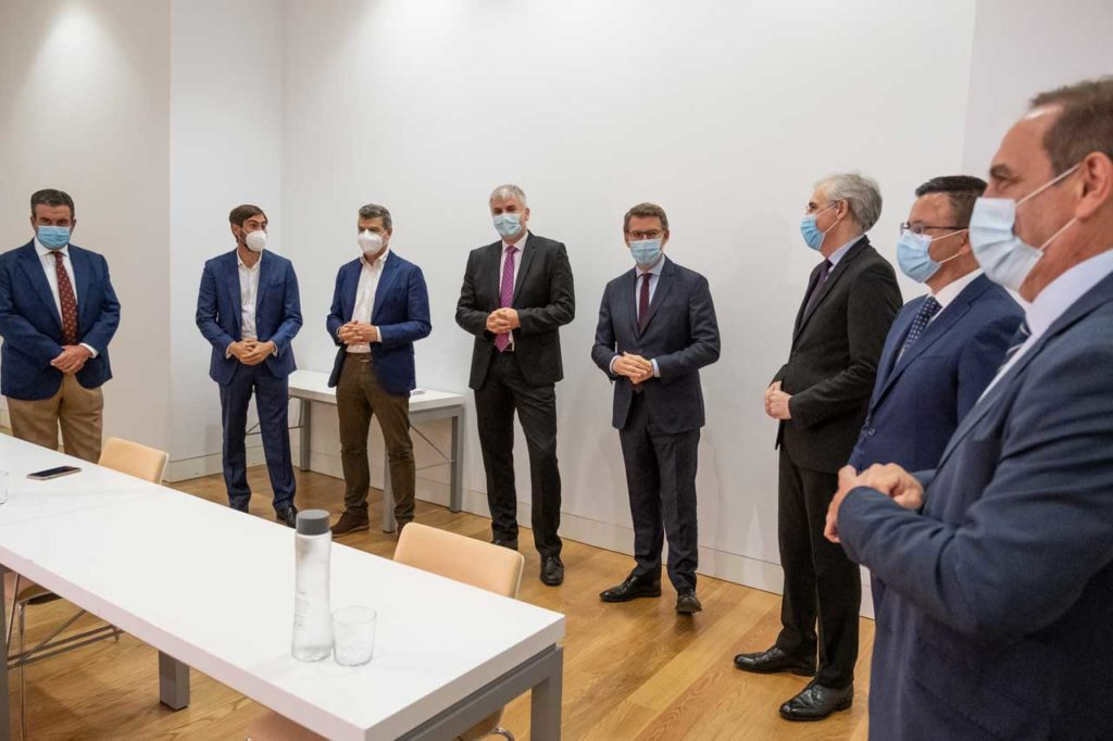 El presidente del Gobierno gallego, Alberto Núñez Feijóo, el conselleiro de Economía, Emprego e Industria, Francisco Conde, y el conselleiro do Medio Rural, José González, con los miembros del comité de expertos económicos de Galicia antes de la reunión.