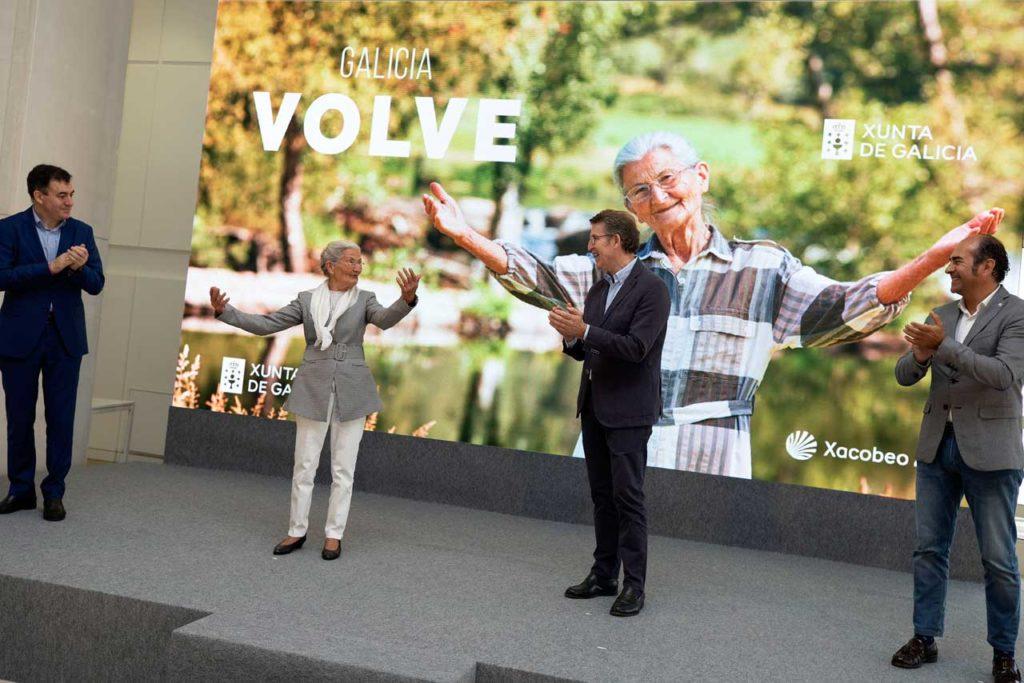 Feijóo aplaude a Benedicta Sánchez, protagonista de la campaña, en presencia del conselleiro de Cultura e Turismo, Román Rodríguez, y el presidente del Clúster de Turismo, Cesáreo González Pardal.