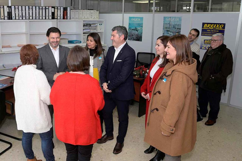 Antonio Rodríguez Miranda (izquierda) en la oficina de asesoramiento al retornado de A Coruña.