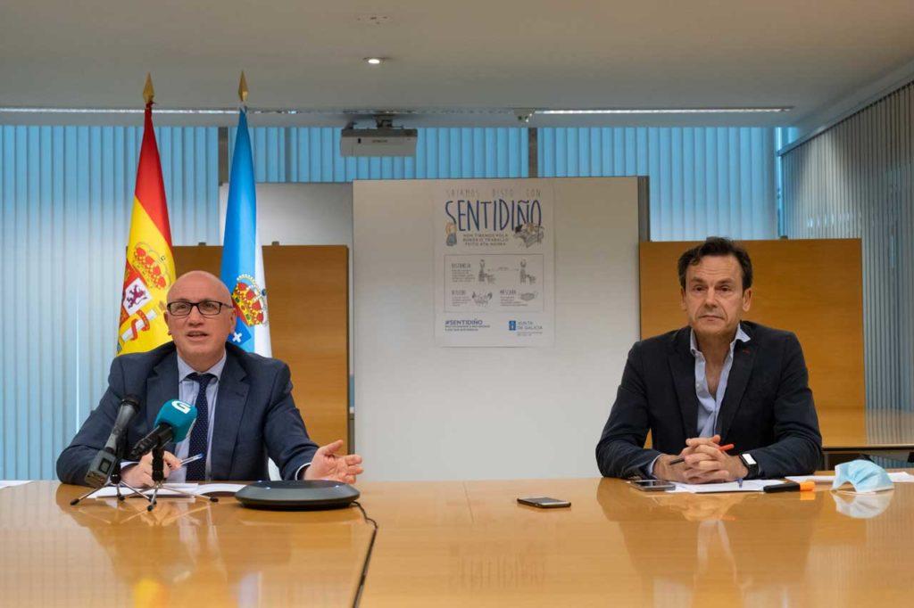 El gerente del Servizo Galego de Saúde, Antonio Fernández Campa, y el director xeral de Saúde Publica, Andrés Paz-Ares, durante su comparecencia.