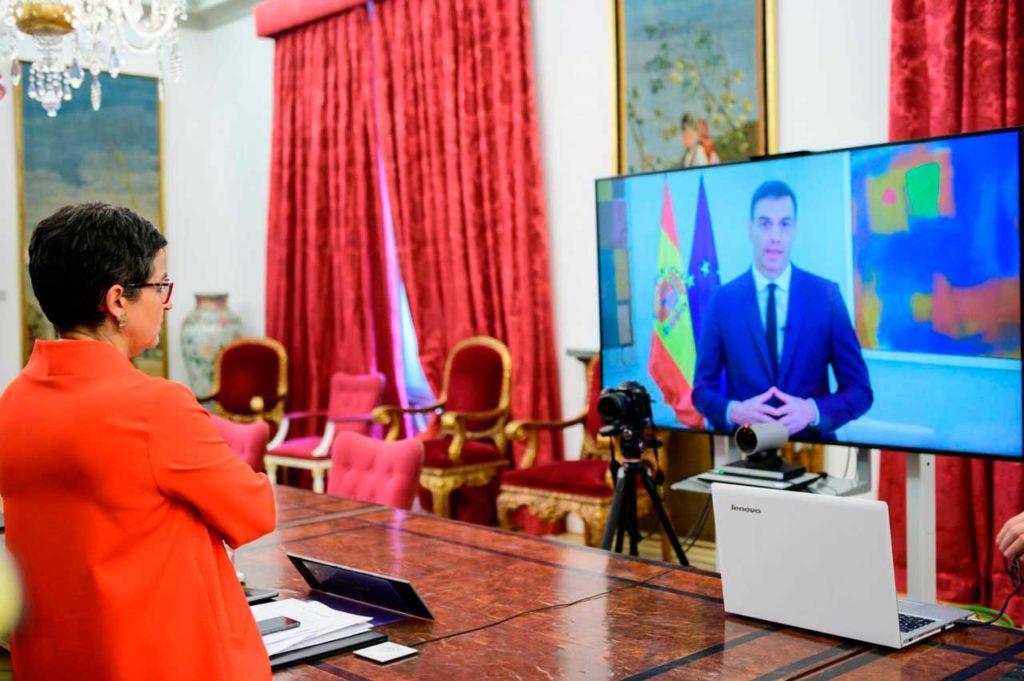 La ministra Arancha González Laya, escucha el mensaje del presidente del Gobierno, Pedro Sánchez, con motivo de la Conferencia Internacional de Donantes en solidaridad con los refugiados y migrantes venezolanos.