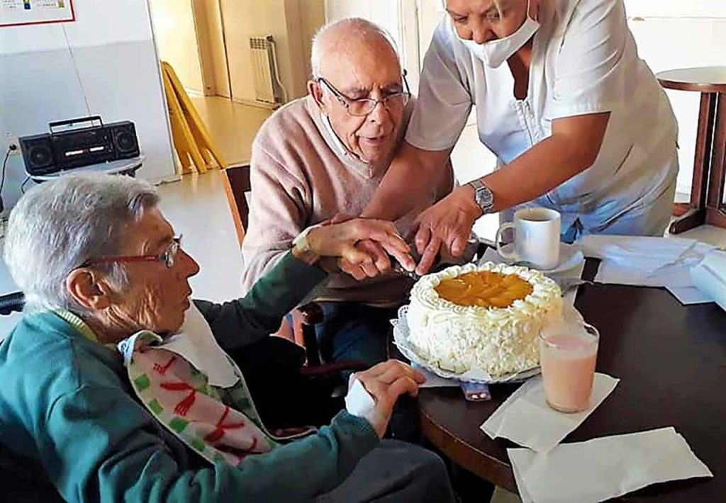 Elsa y José cortando la tarta por su 61 aniversario de casados.