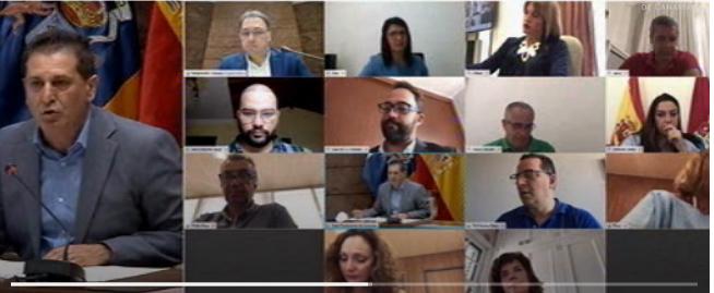 Juan Rafael Zamora, izquierda, y el resto de diputados del parlamento canario.