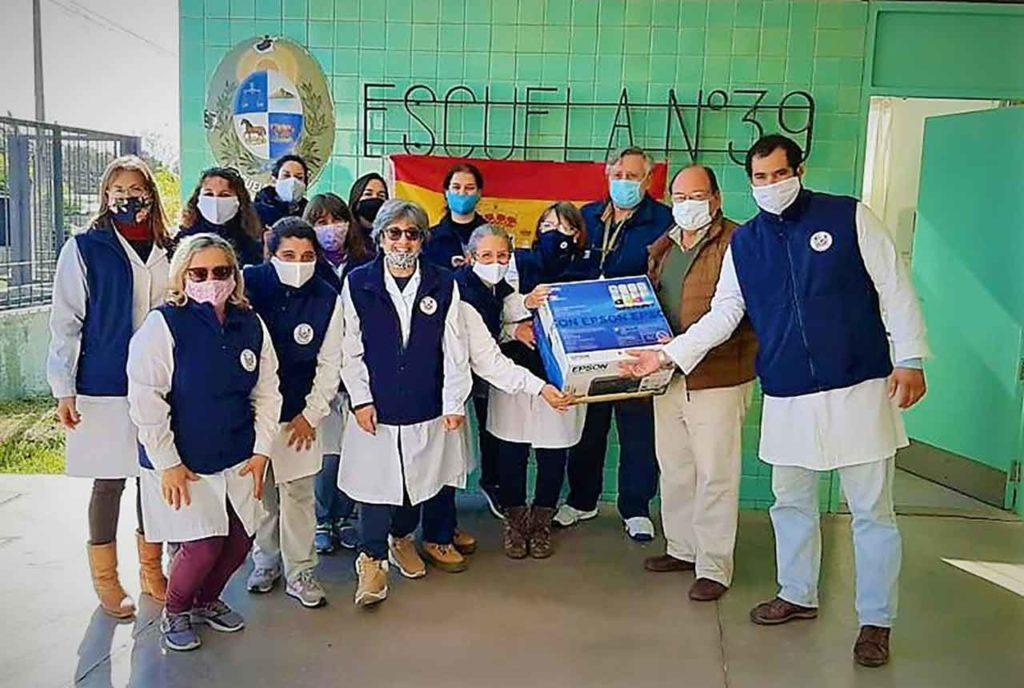 Directivos del Hogar Español de Mercedes entregaron la donación a la Escuela España.