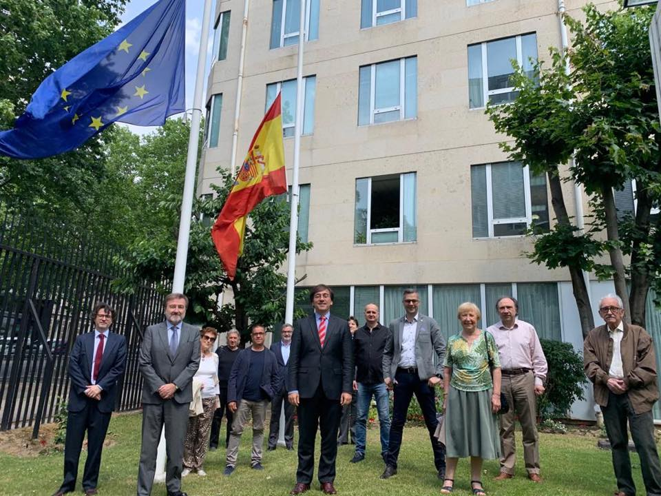 En primer término el embajador José Manuel Albares y el resto de participantes en la reunión.