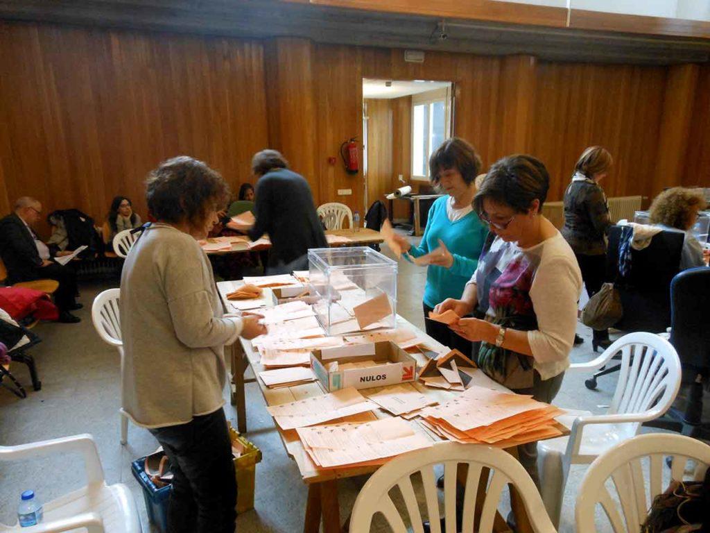 Imagen de archivo del escrutinio del voto exterior en la Junta Electoral de A Coruña.