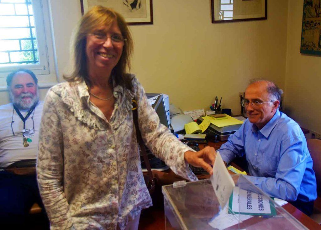 Una española depositando el sufragio en el Consulado de Montevideo.