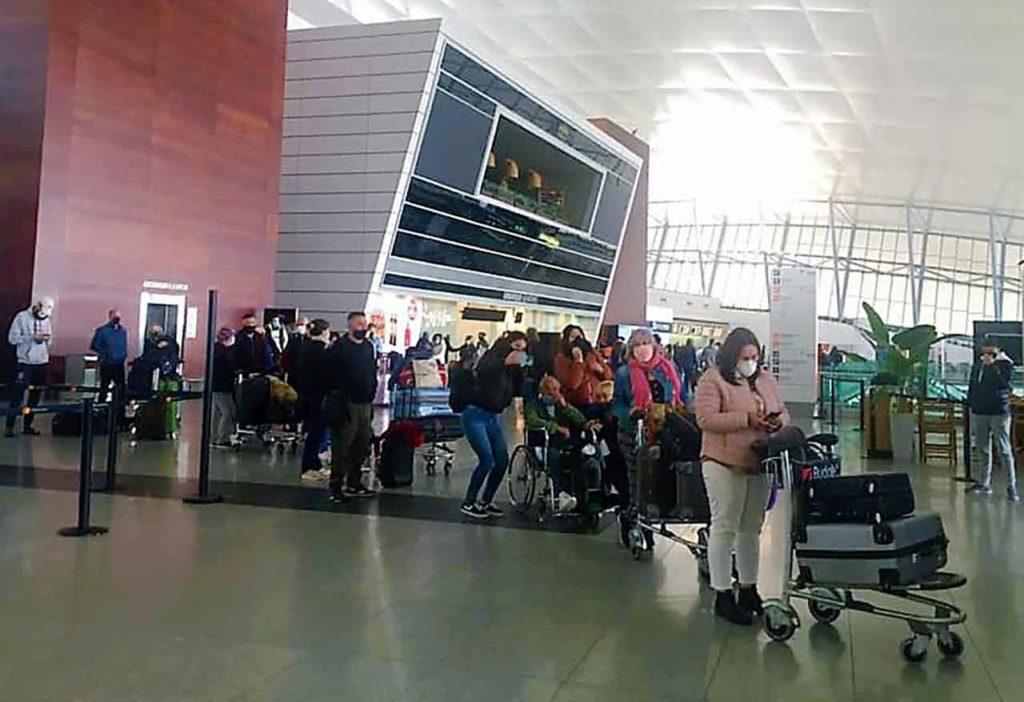 Pasajeros españoles accediendo al vuelo el pasado 1 de junio en el aeropuerto de Montevideo.
