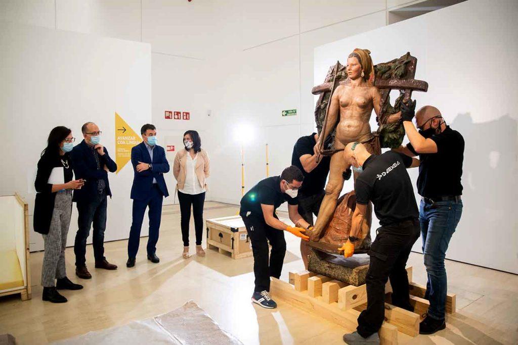 Tareas de desmontaje de la escultura Santa de Asorey.