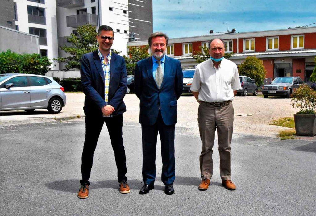 Dino Carrecedo, el cónsul Javier Herrero y Miguel Paz.