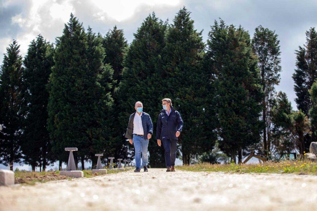 El presidente de la Xunta, acompañado por el alcalde de Santiago, Xosé Sánchez Bugallo, realizó el recorrido del tramo entre el Monte do Gozo y la plaza del Obradoiro, con motivo de la reapertura del Camino de Santiago.