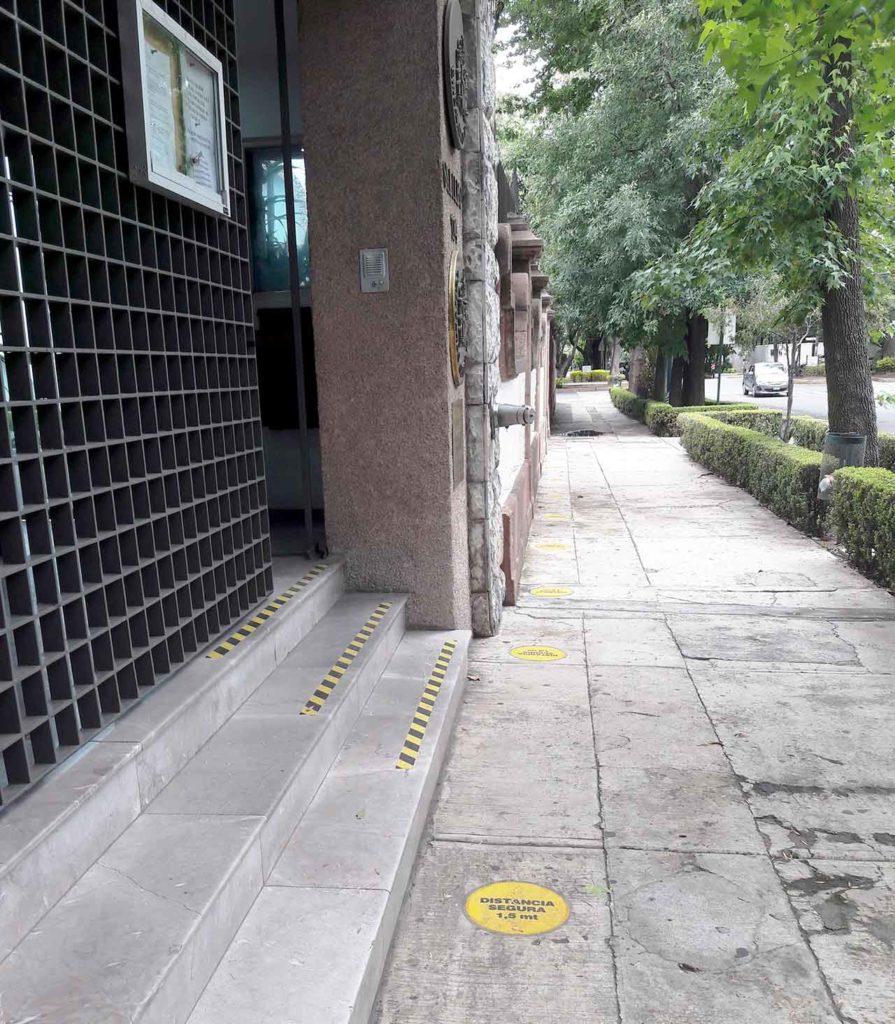 Entrada en el Consulado de España en Ciudad de México totalmente vacía.