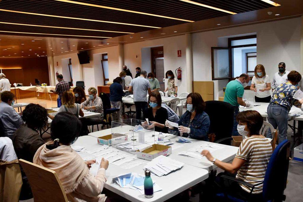 Escrutinio del voto exterior en la Junta Electoral Provincial de A Coruña.