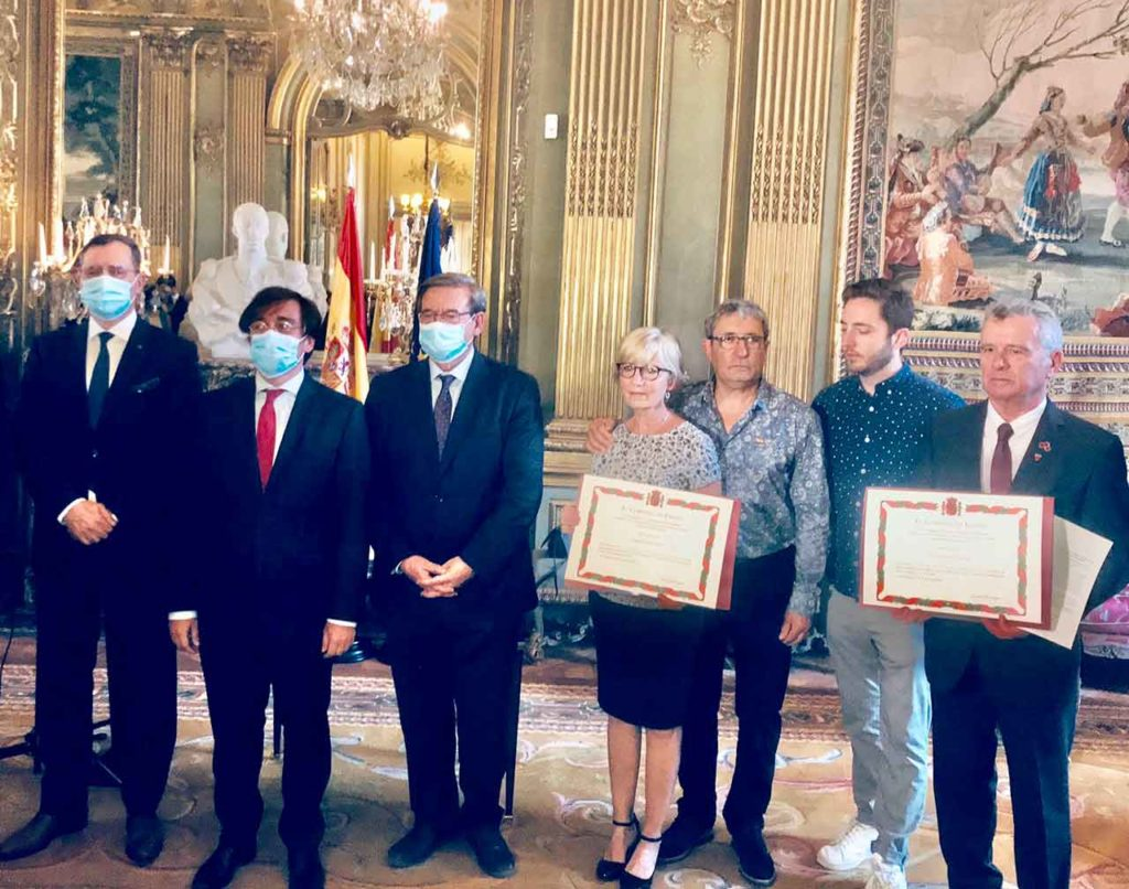 En el centro Fernando Martínez y a su izquierda los familiares de Rafael Gómez Nieto y Daniel Simon.
