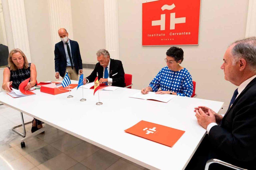 La ministra de Exteriores, Arancha González Laya, y el presidente de la Comunidad Israelita de Salónica, David Saltiel, firmaron el convenio.