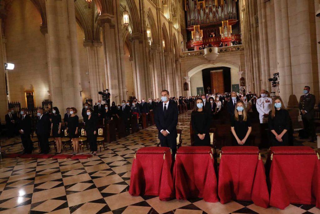 Vista del interior de la Catedral de La Almudena durante el funeral.