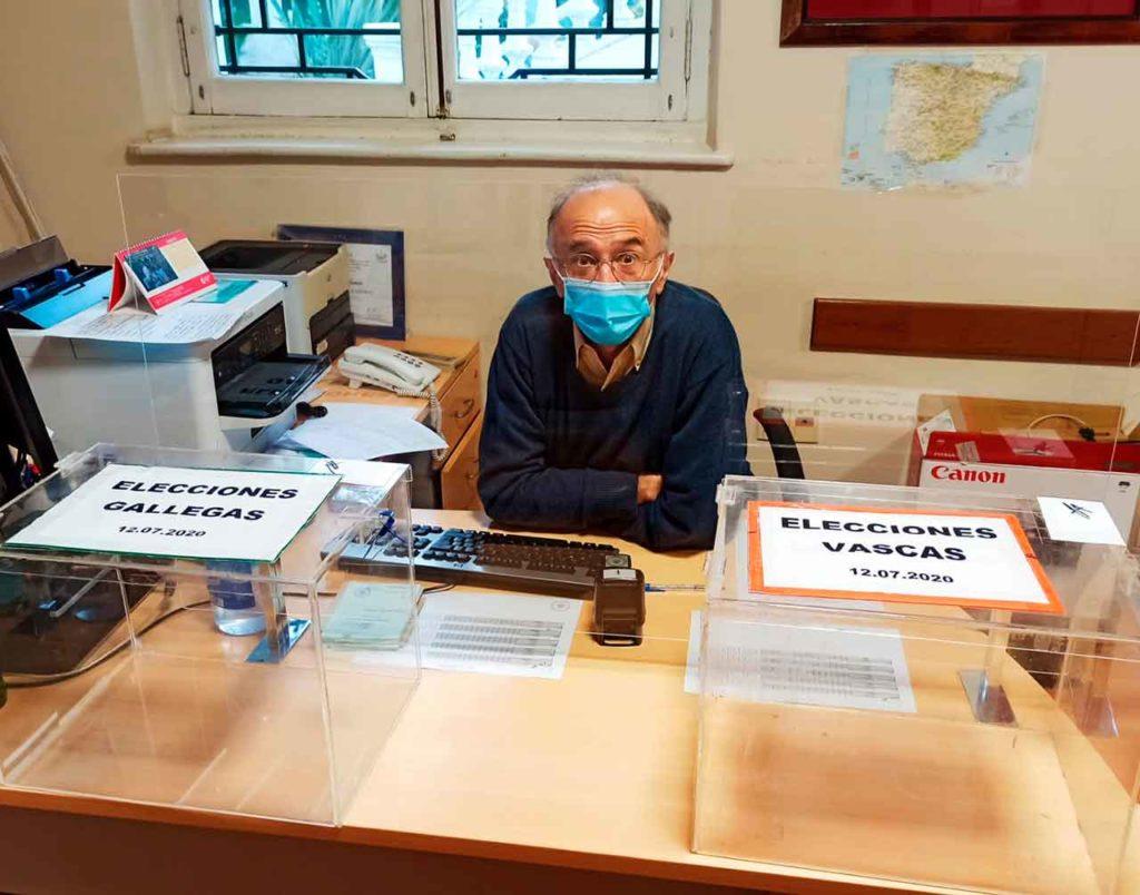 Urnas instaladas en el Consulado de Montevideo con todas las medidas de prevención.