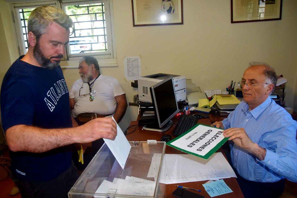 Un español depositando su voto en el Consulado de España en Montevideo.