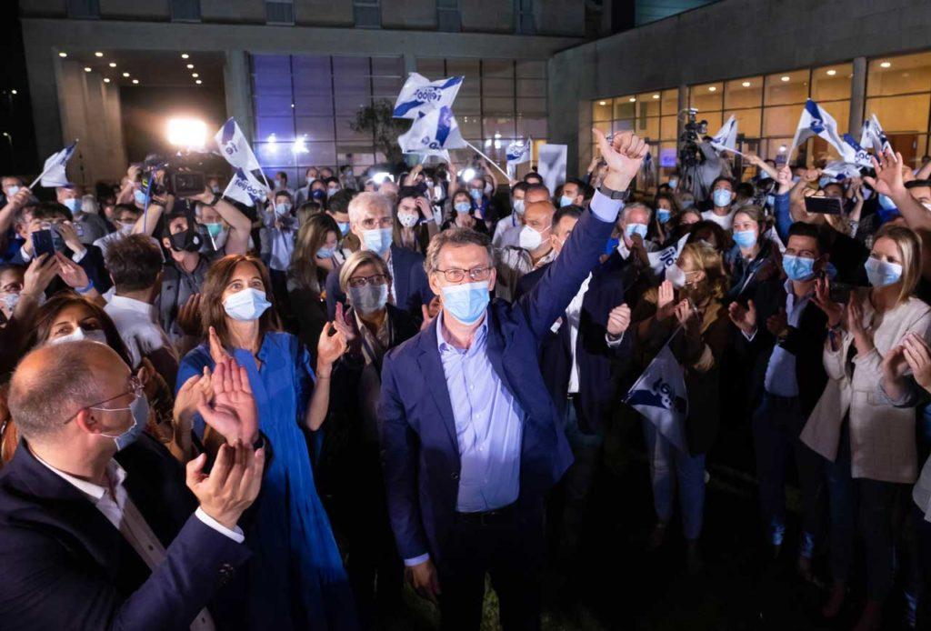 El candidato del PPdeG, Alberto Núñez Feijóo, celebró la victoria en las elecciones gallegas con sus colaboradores y con los afiliados y simpatizantes de la formación.