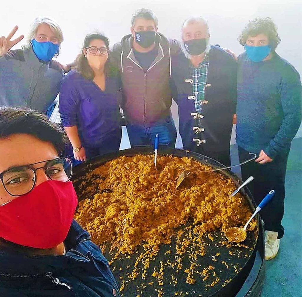 Javier Carballal, en el centro, junto a los cocineros que prepararon la paella.