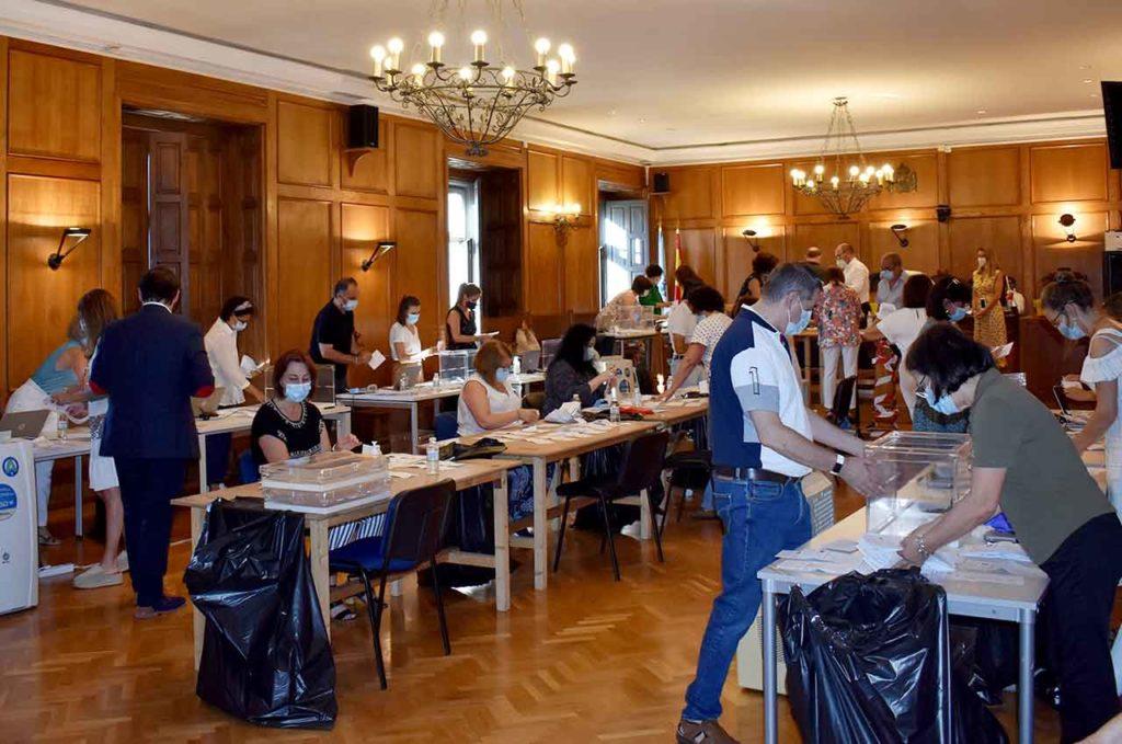Escrutinio del voto exterior en la Junta Electoral Provincial de Pontevedra el pasado 20 de julio.