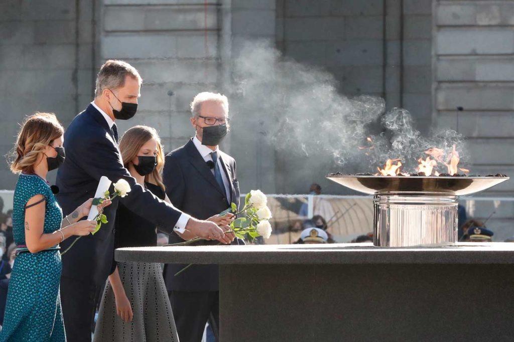 El Rey Felipe VI y la Princesa de Asturias en la ofrenda floral a las víctimas acompañados por los representantes de los familiares y de los trabajadores esenciales.