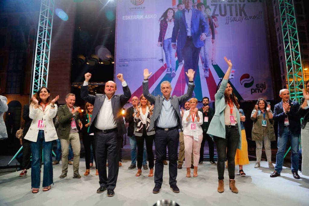 Celebración de los resultados de Íñigo Urkullu con la plana mayor del PNV.