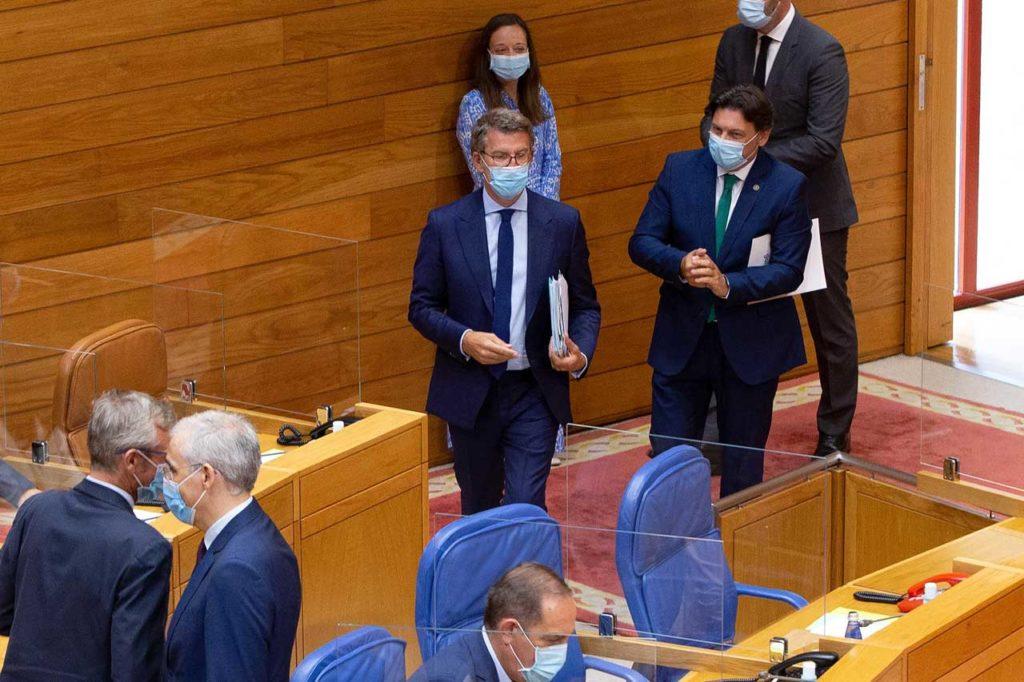Feijóo a su llegada al Parlamento para el pleno constitutivo acompañado por el exsecretario xeral da Emigración, Antonio Rodríguez Miranda.
