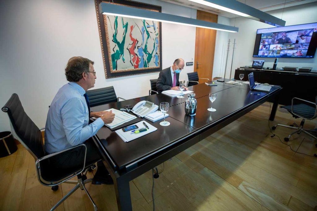El presidente de la Xunta, Alberto Núñez Feijóo, y el conselleiro de Sanidade, Jesús Vázquez Almuiña, durante la videoconferencia con el comité clínico de expertos sanitarios.